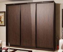 Трёхдверный корпусный шкаф-купе коричневого цвета