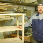 В качестве ножек будущего стеллажа рекомендуется использовать мебельные ножки на колесиках