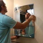 Вешаем зеркало в ванной фото