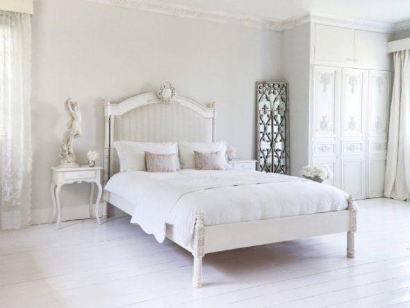 Высокий шкаф с резными узорами и традиционная средневековая французская кровать
