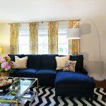 Жёлтые шторы и синий диван