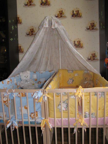 две отдельно стоящие кроватки -сдвоенная кроватка