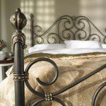 интерьер спальни с кованой кроватью