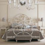 изысканный интерьер спальни с кованой кроватью