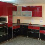 угловой шкаф на кухне красно черный