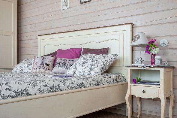 кровать и прикроватная тумба