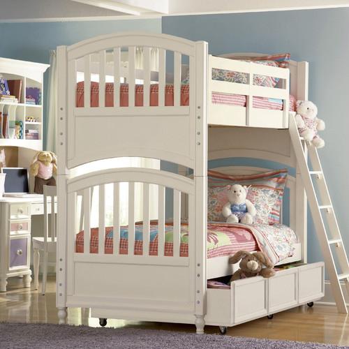 кровать из дерева может стать поистине сказочным украшением детской комнаты
