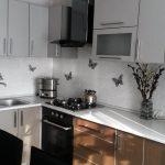 угловой шкаф на кухне черно белый