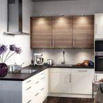 угловой шкаф на кухне бело коричневый