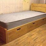 односпальная кровать из тонированного массива сосны и ящиками для хранения