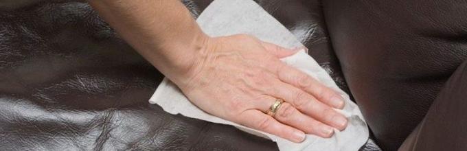 почистить тканевую обшивку дивана от грязи у себя дома