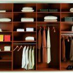 вещи в шкафу для одежды