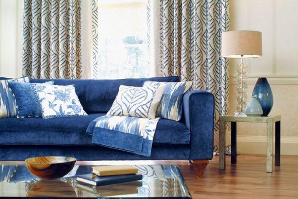 сочетание темно-синего дивана с дубовым паркетным полом и стенами песочного цвета