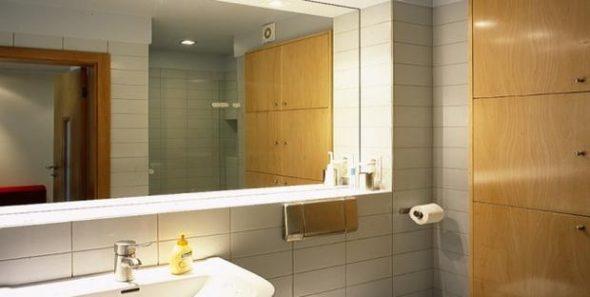 способом установки зеркала в ванной комнате является вклеивание в плитку