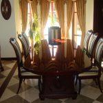 стулья и стол из дерева