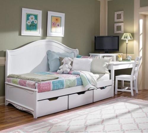Детская кровать с ящиками для хранения в светлой спальне