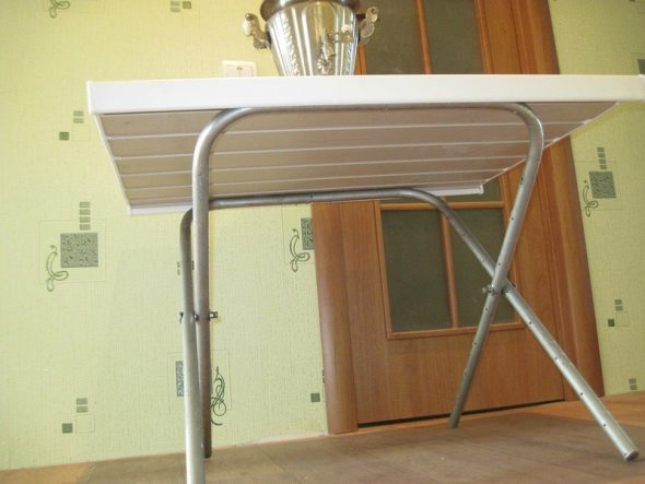 стол с ножками из алюминия