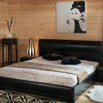 Двуспальная черная кровать с выдвижными ящиками на фото