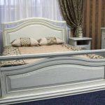 Двуспальная кровать из массива дерева! в интерьере спальни
