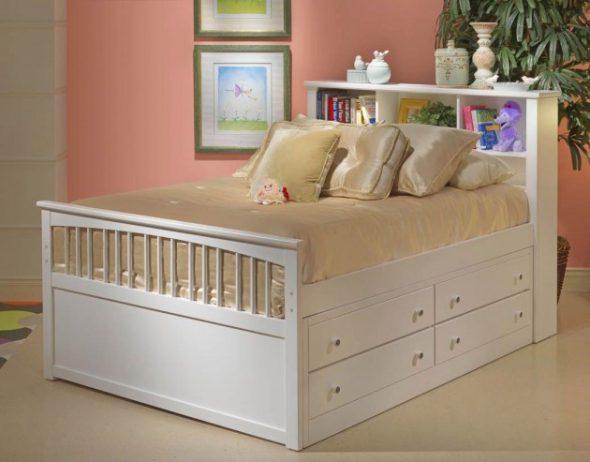 Красивая кровать с ящиками для хранения вещей