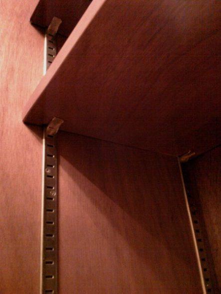 Крепление навесных полок шкафа