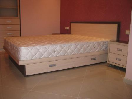 Кровать двухспальная с выдвижными ящиками в квартиру