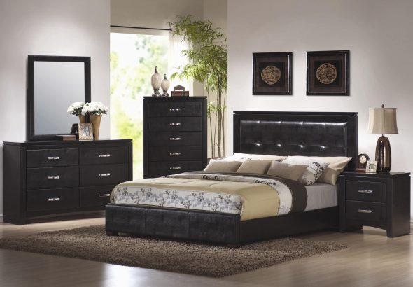 Кровать из черной кожи в спальне