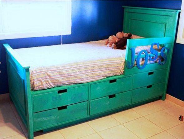 Кровать с ящиками для хранения предметов обихода