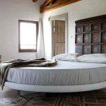 Круглая кровать без изголовья в минималистическом стиле