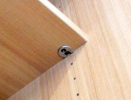 Надежное крепление полок в шкафу купе