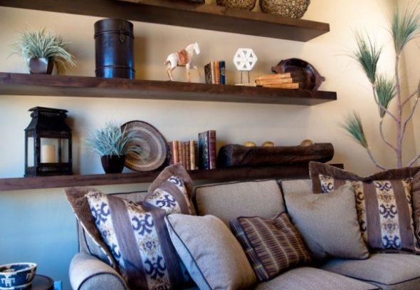 Полки над диваном в гостиной