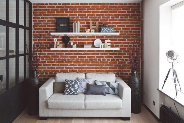 Полки над диваном в маленькой комнате