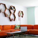 Полки в виде сот над диваном в гостиной