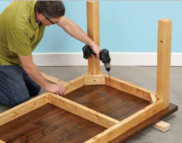 При наличии необходимых материалов и инструментов можно изготовить письменный стол