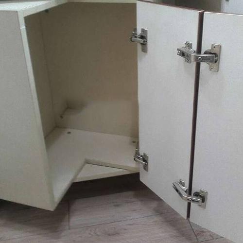 Составная дверь в угловом ящике крепится двумя комплектами петель