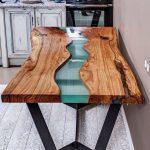 Стол с плиткой с орнаментом