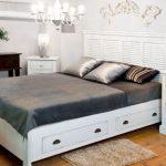 белая двухспальная кровать с ящиками