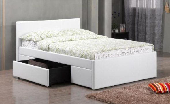 белая двуспальная кровать с ящиками для хранения