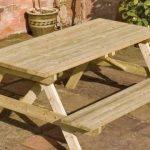 деревянный стол со скамейками