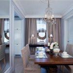 деревянный стол в интерьере гостиной