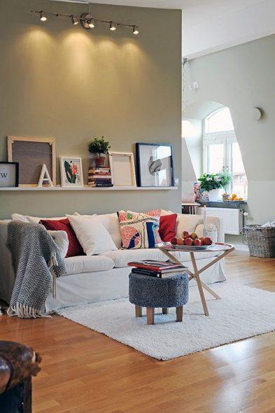 использовать стену над диваном в гостиной