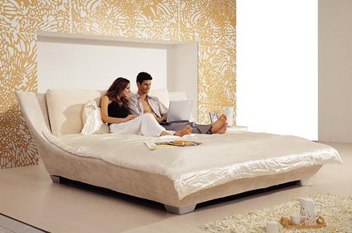 красивая и удобная кровать в спальне