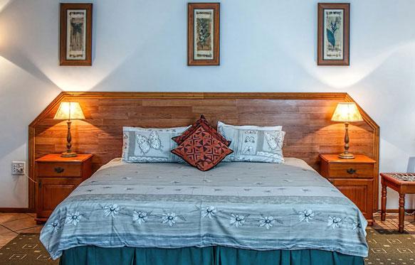 поставить кровать в спальне фото
