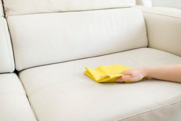 уход за кожаной мебелью-светлый диван