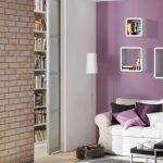 украсить стену полкой над диваном