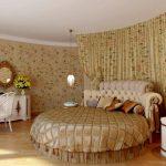 Круглая кровать подойдет, если вы спите в одиночестве или в обнимку со своим супругом