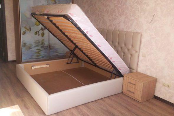 Мягкая двуспальная кровать с подъемным механизмом