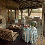 Нетривиальный дизайн веранды в загородном доме