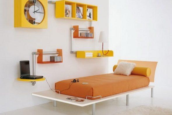 Белая комната с яркой мебелью