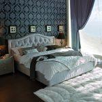 Белая кровать с мягкой спинкой для непростой спальни